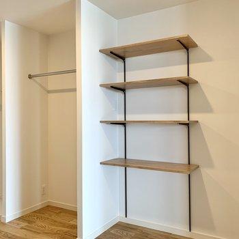 【洋室5帖】可動式の棚やハンガーパイプで収納上手。