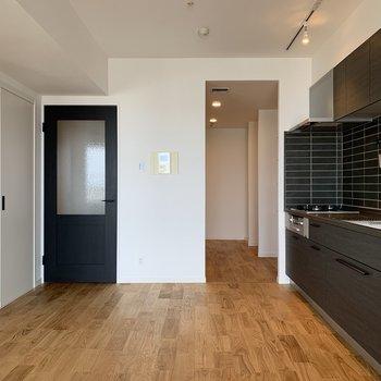 【LDK】お次はキッチンそばの洋室へ。