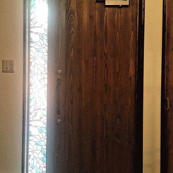 玄関のさりげないステンドグラスがかわいい!