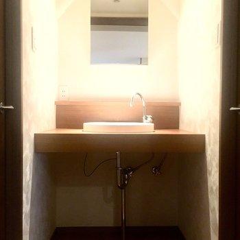 洗面台も素敵。下の空いてるところは収納に使いましょう。