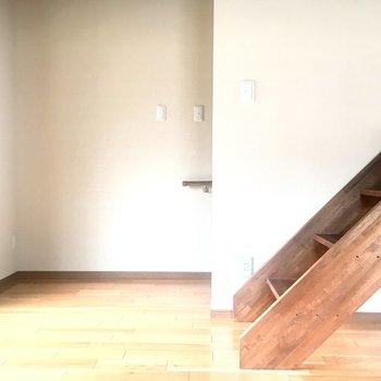 1階から上がってきたら窓からの陽光が入ってきます。