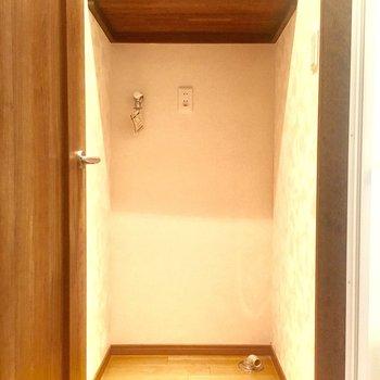 脱衣所スペースに洗濯機置き場があります。棚が付いてるのも嬉しい。