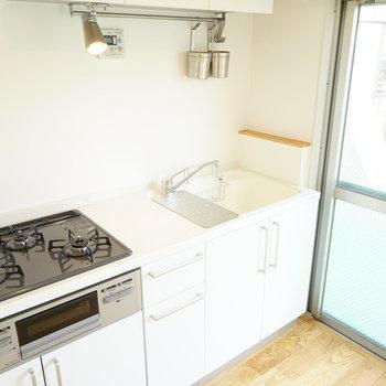 キッチンにはバーもついているので、吊る収納もできますよ。(※写真は完成イメージです)