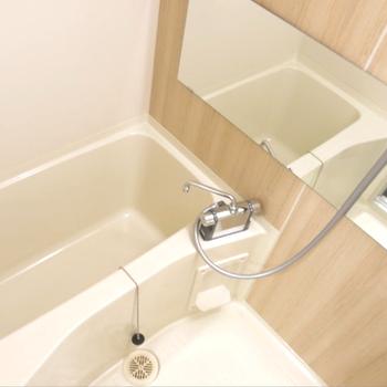 お風呂のクロスも木目調で、柔らかい雰囲気。(※写真は完成イメージです)