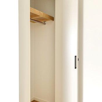 【洋室8帖】扉付近にも収納。こちらも高さがしっかり。