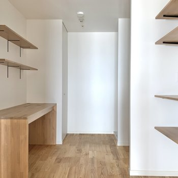 【洋室5帖】キッチン奥は食品のストック入れや書斎に。