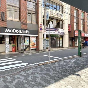 駅周辺には飲食店やスーパーが立ち並んでいました。