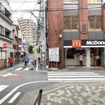 駅周辺にはカフェやファーストスード店。少し歩くと商店街があって便利です。