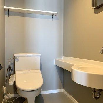 トイレには鏡と手洗場もあるんです。