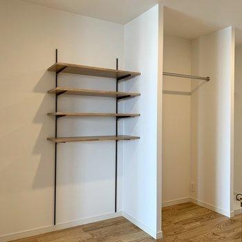 【洋室5帖】可動式棚やハンガーポールで収納上手に。