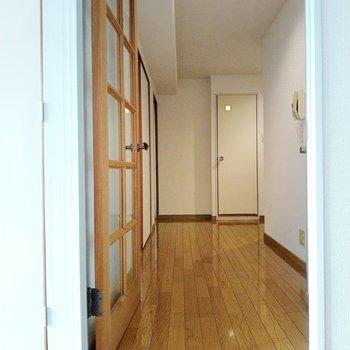 廊下も余裕があります。右手に脱衣所。左の襖の先に・・・