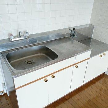 キッチンはシンクも作業スペースもしっかり。横に冷蔵庫が置けます。