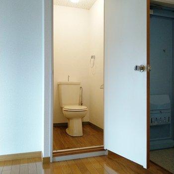 玄関横のトイレ。帰ってきてすぐに入れるのは助かる!?笑