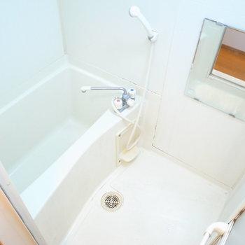 お風呂はちょうどひとり分サイズ。浴室乾燥機がついてるんです。