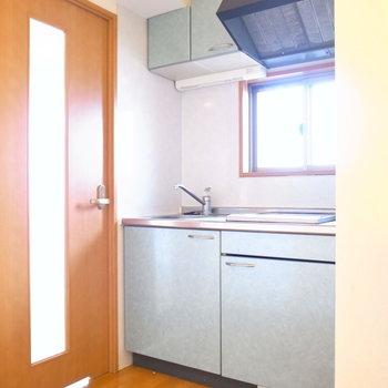 居室を出てすぐにキッチンがあります。小窓がついています◎