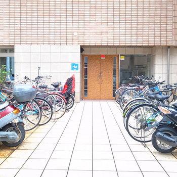 【共用部】自転車はアプローチの脇に停めましょう。