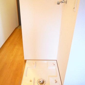 キッチンのすぐ背後に洗濯機置き場があり、