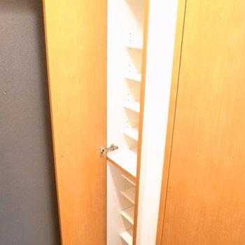 1段にぴったり1足。扉の表側には姿見があります◎