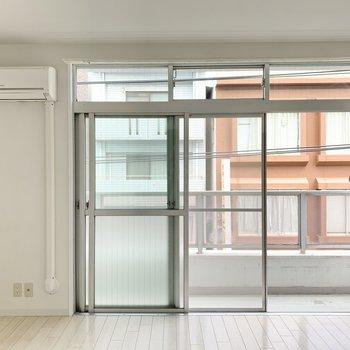 【洋室】窓の面が大きいおかげで、たっぷり光も入るんです◎
