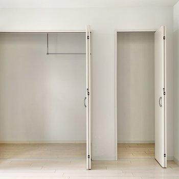 【洋室】収納は2つ。洋服用と物置用に分けることだってできちゃう◎