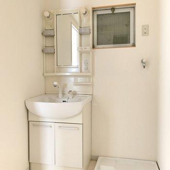 洗面台はややコンパクト。隣に洗濯機置場。小窓もあり◎