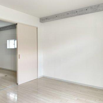 【洋室】チラッと上部にコンクリ登場◎ 壁の装飾も映えそうです。