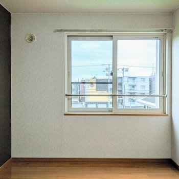 【洋室】窓はリビングと同じ東向き。午前中に明るくなりそうです。