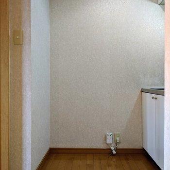 写真左、壁側に冷蔵庫を置くといいかもしれません。