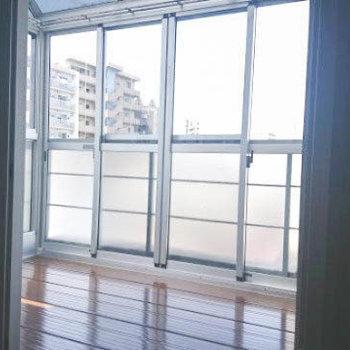 大きな窓とコンクリ