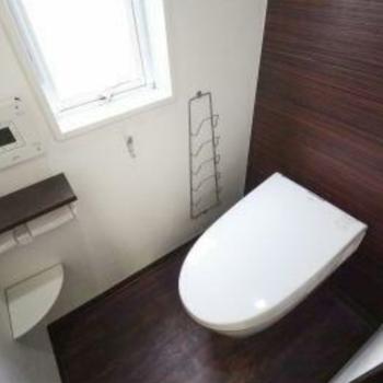 白と茶色のおしゃれなトイレですね