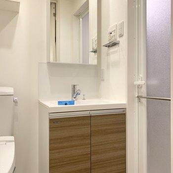 キッチンの背面側が洗面所。独立洗面台の安定感が光ります。