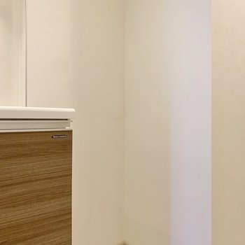 隣は冷蔵庫スペース。背の高いモノも設置できますね。