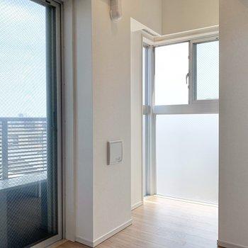 奥のスペースに小さな机を置いてもいいなあ。※写真は4階の同間取り別部屋のもの・一部実際の内装と異なる場合があります