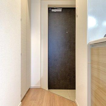 お次は玄関スペース。※写真は4階の同間取り別部屋のもの・一部実際の内装と異なる場合があります