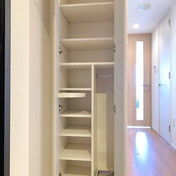 シューズボックスには10足以上収納できそうです。※写真は4階の同間取り別部屋のもの・一部実際の内装と異なる場合があります