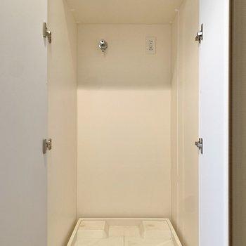 玄関脇に洗濯機置き場がありました。※写真は4階の同間取り別部屋のもの・一部実際の内装と異なる場合があります