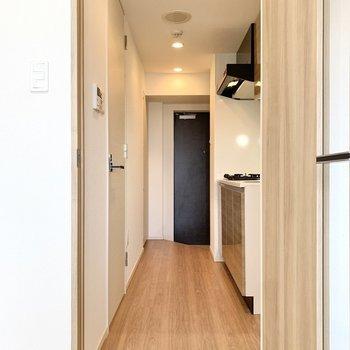 扉を開けてキッチン方面へ。※写真は4階の同間取り別部屋のもの・一部実際の内装と異なる場合があります