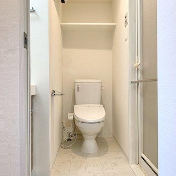 キッチンの背中側にトイレと同室の洗面所があります。※写真は4階の同間取り別部屋のもの・一部実際の内装と異なる場合があります