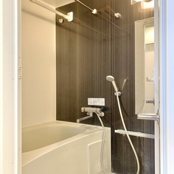 浴室は乾燥機付き。洗い場には余裕が感じられました。※写真は4階の同間取り別部屋のもの・一部実際の内装と異なる場合があります