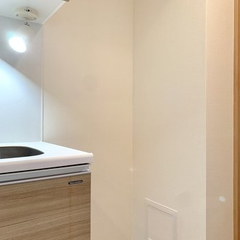 サイドに冷蔵庫を置きましょう。※写真は4階の同間取り別部屋のもの・一部実際の内装と異なる場合があります