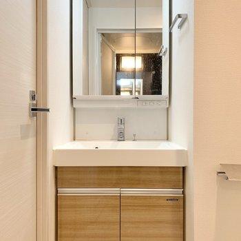 コンパクトながらも収納力のある独立洗面台です。※写真は4階の同間取り別部屋のもの・一部実際の内装と異なる場合があります