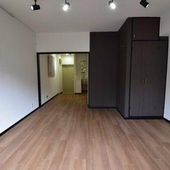 収納とバス・トイレがお部屋の中央にまとまっています