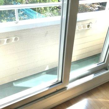 バルコニーは結構スリム……だけど日当たり良好◯雨戸シャッターもありますよ(※写真は清掃前のものです)