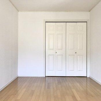 扉は板チョコみたいで可愛らしい