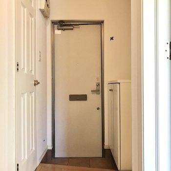 洗濯機置場は玄関前に(※写真は清掃前のものです)