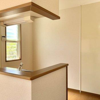 【LDK】小窓付きで爽やかなキッチン。