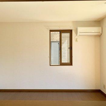 【LDK】二人掛けのソファやテレビなどが置けそうです。