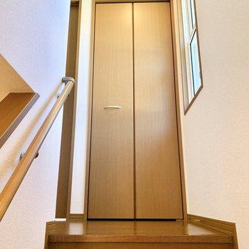 階段を上り切った所に小窓と収納がありました。