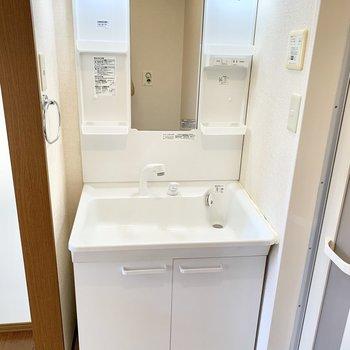 清潔感のある白の独立洗面台。