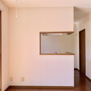 【LDK】生活感をやんわりと隠せるセミオープンの対面キッチン。